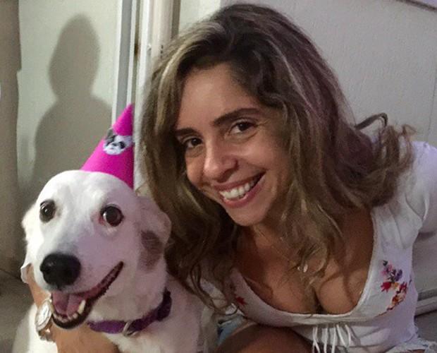 Monica e um de seus amores em festinha de aniversário canina (Foto: Arquivo Pessoal)