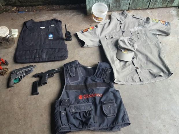 Uniforme encontrado durante a operação  (Foto: Polícia Civil/Divulgação)