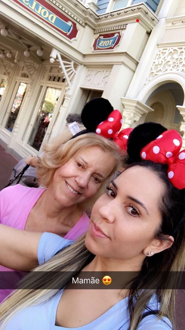Mulher Melão na Disney com a mãe (Foto: Reprodução/Instagram)