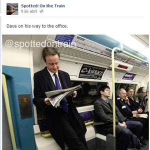 """David Cameron, primeiro-ministro do Reino Unido, teve foto publicada na página """"Spotted: on the Train"""", no Facebook, dedicada a exibir flagrantes de situações inusitadas no transporte público londrino. (Foto: Reprodução)"""