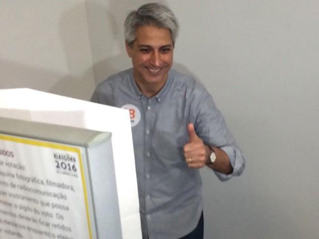 Molon votou na manhã deste domingo em seção eleitoral em Copacabana, na Zona Sul do Rio (Foto: Gabriel Barreira / G1 Rio)