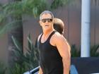 De camiseta, Mel Gibson exibe braços musculosos