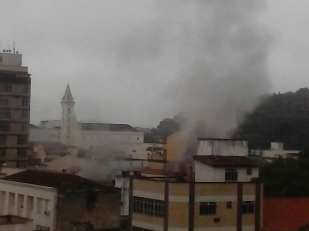 Incêndio aconteceu no Centro de Valença (Foto: Thiago Cândido/Arquivo pessoal)
