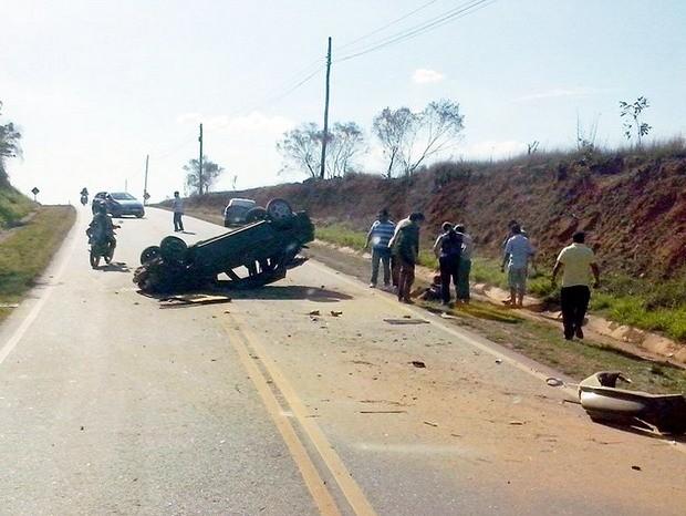 Veículo capota em estrada municipal e deixa três feridos em Elias Fausto (Foto: Fernando Aparecido dos Santos/VC no G1)