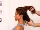 Hairstylist ensina a fazer penteado com topete e base torcida para cabelos crespos e encaracolados