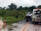 Após bater em placa, viatura da Polícia Militar tomba em rodovia