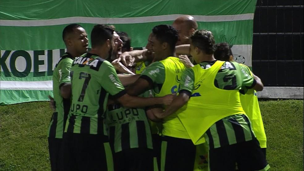 Jogadores comemoram gol marcado por Ruy contra o ABC (Foto: Reprodução/ Premiere)