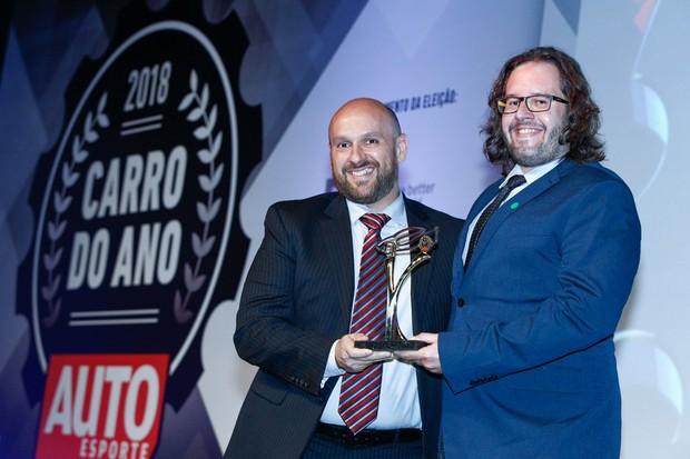 O editor de Autoesporte Julio Cabral entrega o prêmio de Motor Até 2.0 para o Fernão Silveira, Diretor de Comunação da Ford América do Sul (Foto: Ricardo Cardoso)