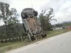 Carro fica 'em pé' após acidente de trânsito em rodovia de São Roque