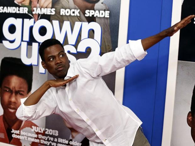 O ator Chris Rock imita o atleta Usain Bolt, em evento para divulgar o filme 'Gente grande 2', em Nova York (Foto: Reuters/Lucas Jackson )