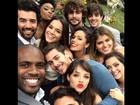 Bruna Marquezine posa ao lado do elenco de 'Em família'