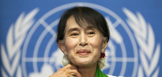 A líder da oposição em Mianmar, Aung San Suu Kyi, fala em Genebra, na Suíça, nesta quinta-feira (14) (Foto: AFP)