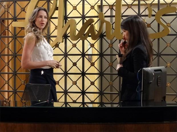 Vânia vê que Carolina recebeu bombons no trabalho (Foto: Guerra dos Sexos/TV Globo)
