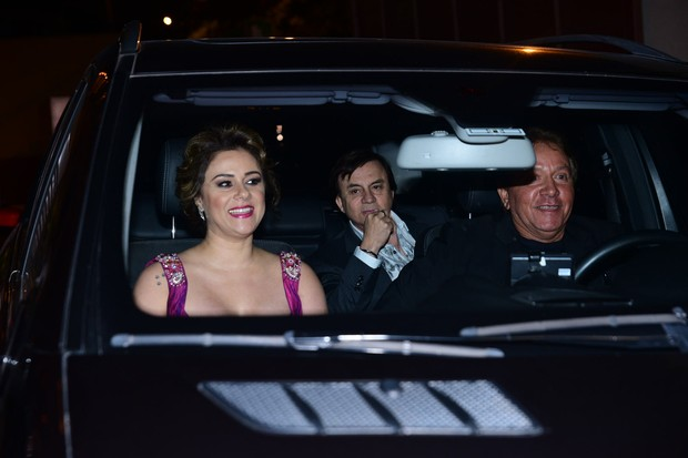 Chitaozinho e sua esposa Marcia chegam para o casamento de Fabio Jr (Foto: Leo Franco /AgNews)