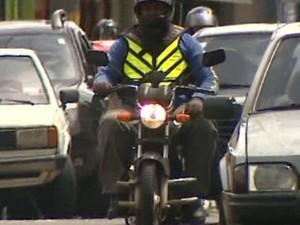 Motoboys têm dificuldade para se adaptar à nova lei em São Carlos, SP (Foto: Pedro Santana/ EPTV)