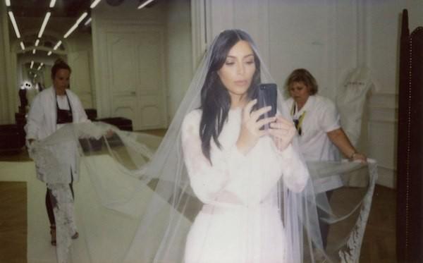 Uma foto dos bastidores do casamento de Kim Kardashian e Kanye West (Foto: Reprodução)