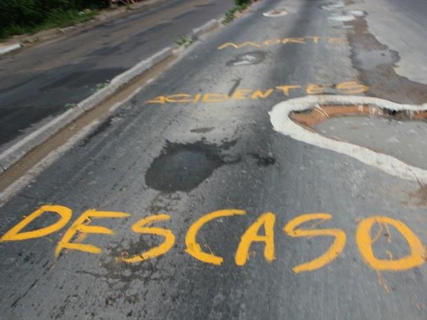 Para moradores, estado atual da via é descaso do poder público (Foto: Girlene Medeiros / G1 AM)