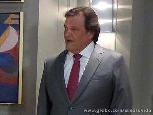 Ao sair da sala do amigo, Atílio fica com a pulga atrás da orelha (Foto: Amor à Vida / TV Globo)