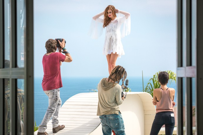 Eliza posa para Rafael em deck (Foto: Fabiano Battaglin / Gshow)