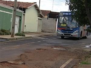 Rua Maringá tem trânsito intenso de ônibus e está cheia de buracos (Foto: Reprodução/TV Integração)