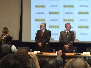 Ministro André Figueiredo (esq.) em cerimônia de troca de cargo nas Comunicações com Ricardo Berzoini (Foto: Filipe Matoso/G1)