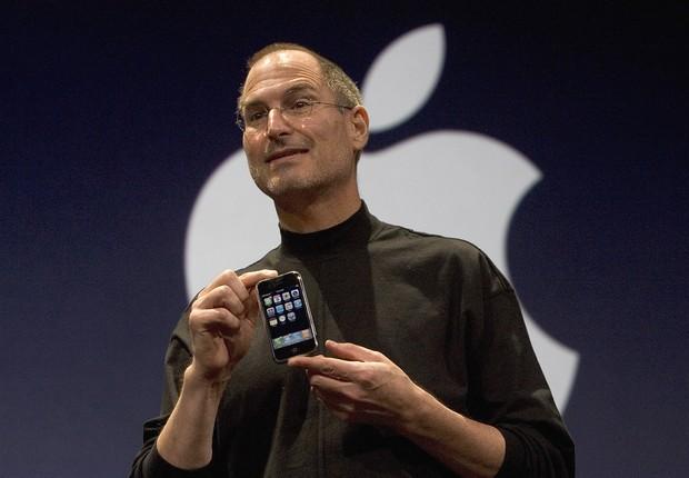 O CEO da Apple Steve Jobs segura o novo iPhone, que foi apresentado na Macworld em São Francisco, na Califórnia. O aparelho combina celular, tela de iPod com controles to tipo touch e acesso à internet (Foto: David Paul Morris/Getty Images)