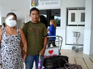 Léia e o marido embarcaram para iniciar tratamento (Foto: Abinoan Santiago/G1)