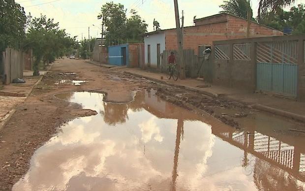 Falta de infraestrutura em algumas ruas do bairro é um dos problemas apontados (Foto: Acre TV)