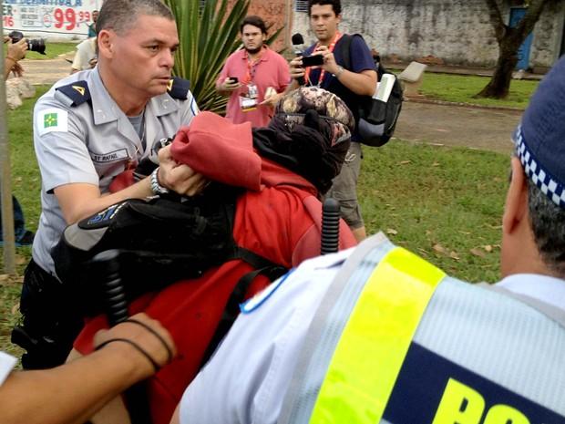 Manifestante é detido durante protesto contra a Copa do Mundo em uma área próxima ao Taguaparque, onde ocorre a Fan Fest do DF (Foto: Felipe Néri/G1)