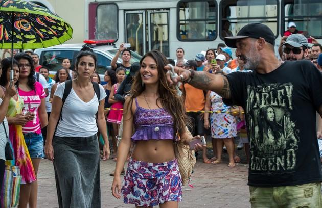 Com um figurino curto, Isis Valverde grava  'A força do querer' no mercado Ver-o-Peso, em Belém.  Ela é orientada por  Rogério Gomes, diretor artístico da trama de Gloria Perez (Foto: Estevam Avellar/Globo)