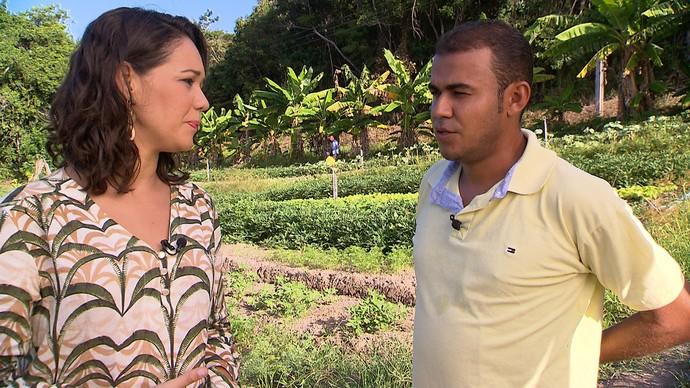Produtor rural Donizete de Souza lista cuidados com produção de orgânicos (Foto: TV Bahia)