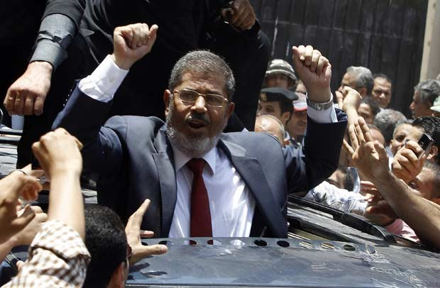 Mohamed Morsi acena aps votar no segundo turno das eleies presidenciais no Egito em 16 de junho (Foto: AFP)