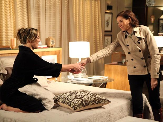 Maria Marta dá euros para Amanda  (Foto: Carol Caminha/TV Globo)