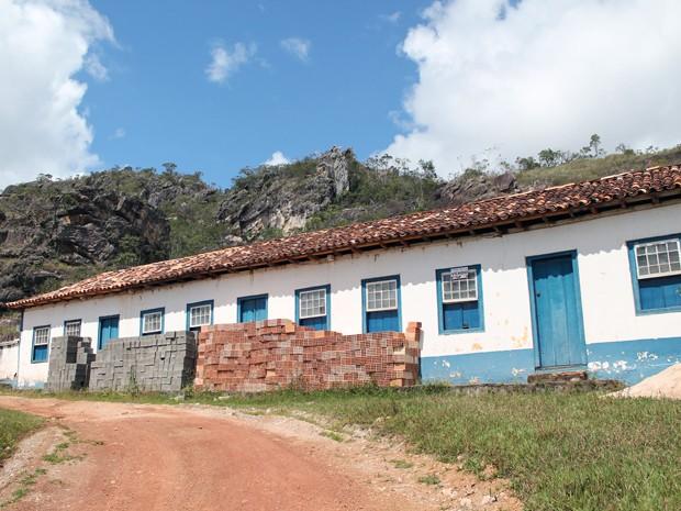 Material de construção em frente a um dos imóveis em Biribiri. (Foto: Pedro Ângelo/G1)