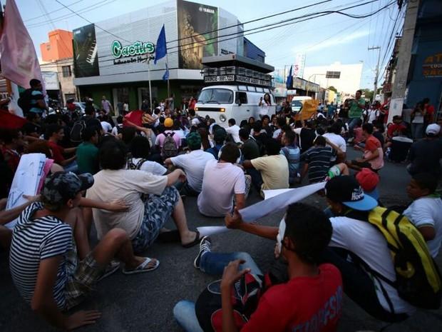 Protesto contra aumento da tarifa fechou diversas ruas do Centro (Foto: Jonathan Lins/G1)