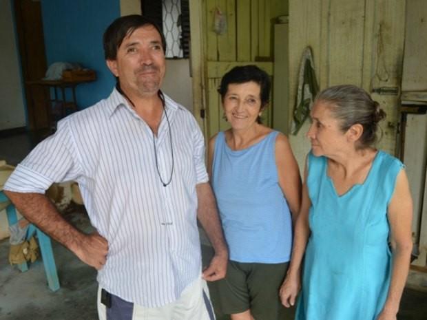 Alzira, no centro, é a única irmã que não ficou cega (Foto: Hudson Pimentel/G1)