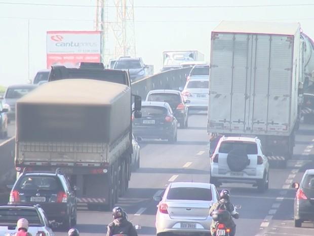 Caminhão trafega pelo lado esquerdo na BR-153 em Rio Preto (Foto: Reprodução/TV TEM)