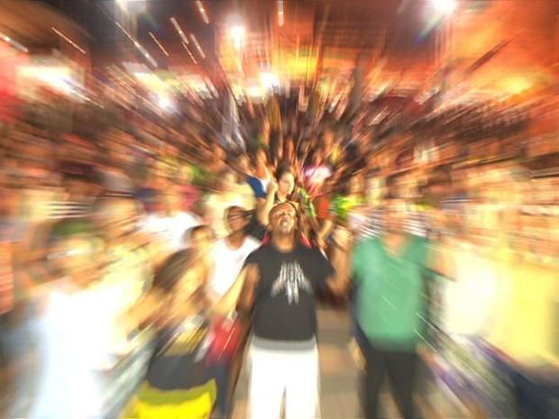 Momento de fé da comunidade de Itaquari após a vitória da Boa Vista, no carnaval de Vitória (Foto: Paulo Cordeiro/ TV Gazeta)