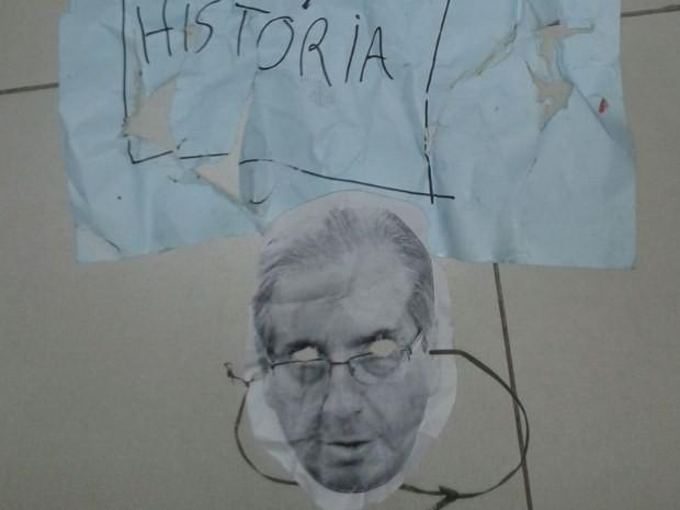 Manifestantes usavam máscaras com imagens dos rostos de políticos impressas em GoiÂnia, Goiás (Foto: Divulgação/ PTB)