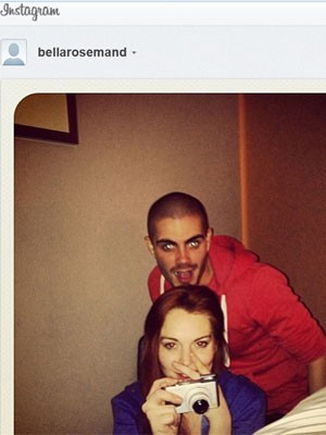 Em foto publicada em rede social, Lindsay Lohan aparece junto de Max George, da banda The Wanted (Foto: Reprodução/Instagram)