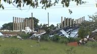 Galpão de reciclagem desaba sobre quatro pessoas após ventania em GO