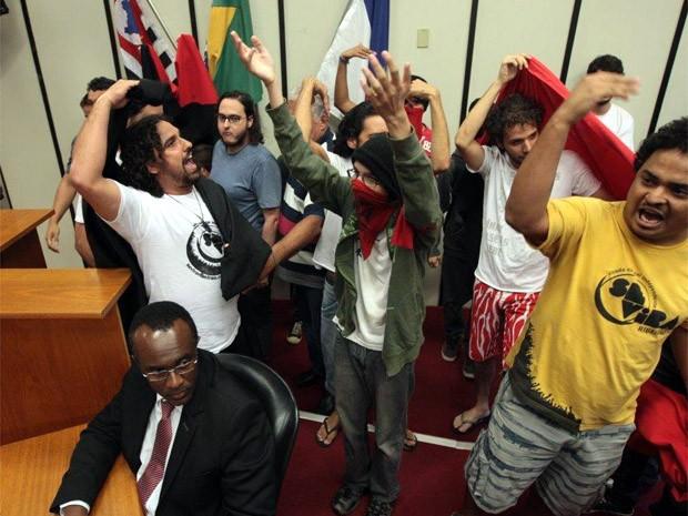 Manifestantes invadiram plenário na Câmara de Ribeirão Preto (Foto: Weber Sian/A Cidade)