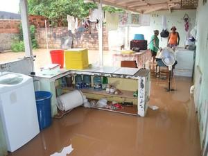 Água invadiu residência em Ji-Paraná (Foto: Mônica Santos/G1)