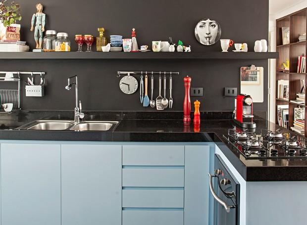 Nesta cozinha, a prateleira recebeu várias peças divertidas e modernas, além de temperos e outros itens usados diariamente. Projeto do Estudio KA. (Foto: Gui Morelli/Editora Globo)