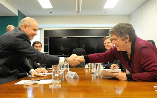 O ministro da Fazenda, Guido Mantega, se encontrou com a secretária do Departamento de Segurança Interna dos EUA, Janet Napolitano, nesta quarta-feira (11) (Foto: Elza Fiúza/Agência Brasil)