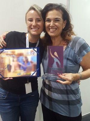 Beatriz (à direita) e o troféu do prêmio Sebrae Mulher de Negócios, no qual ganhou o segundo lugar (Foto: Divulgação)