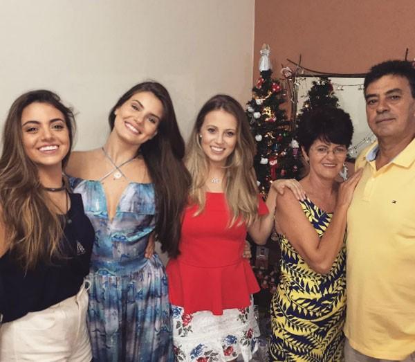 A família de Camila Queiroz (Foto: Reprodução/Instagram)