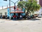 Candidatos enfrentam fila e calor por vaga de emprego em Cruzeiro, SP