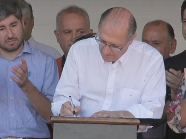 Alckmin assinou convênio para obras em rodovia da região  (Foto: Reprodução / TV TEM)
