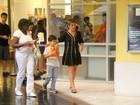 Adriana Esteves leva o filho ao cinema